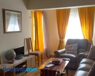 Piso a 20 minutos del centro Madrid con wifi - Navalcarnero - Living room