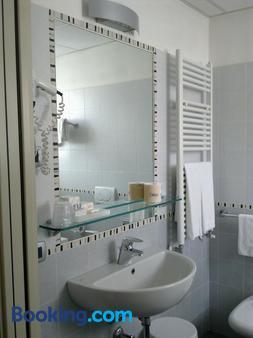 Hotel Susa - Milan - Bathroom