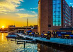 Best Western Premier Waterfront Hotel & Convention Center - Ошкош - Вид снаружи