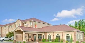 Super 8 by Wyndham Salt Lake City Airport - Salt Lake City - Building