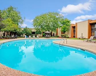 Ramada by Wyndham Statesville - Statesville - Pool