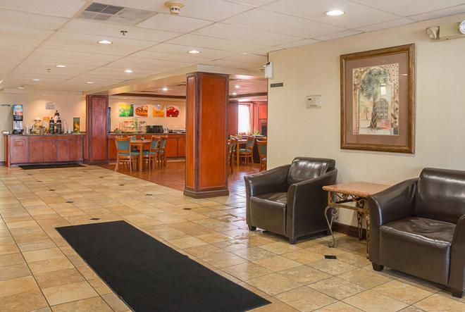 Quality Inn & Suites Detroit Metro Airport - Romulus - Lobby