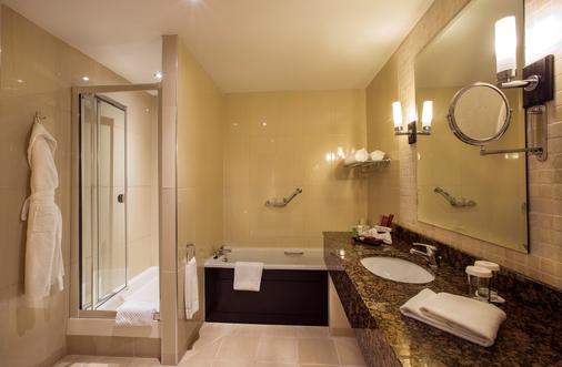 Carlton Hotel Dublin Airport - Cloghran - Bathroom