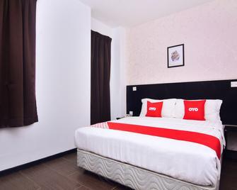 OYO 43959 Astana Hotel - Tawau - Bedroom