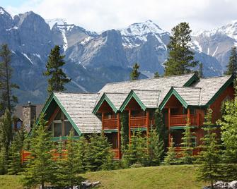 A Bear and Bison Country Inn - Canmore - Building