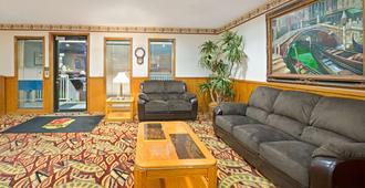 Super 8 by Wyndham Plano/Dallas Area - Plano - Living room