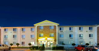 Super 8 by Wyndham Plano/Dallas Area - Plano - Building
