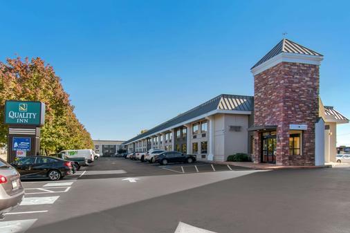 Quality Inn Riverfront - Harrisburg - Building