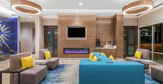 La Quinta Inn & Suites By Wyndham Kansas City Beacon Hill - Kansas City - Lobby