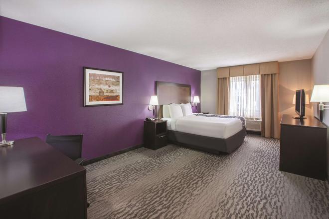 La Quinta Inn & Suites by Wyndham Erie - Erie - Bedroom