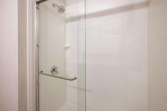 La Quinta Inn & Suites by Wyndham Erie - Erie - Bathroom