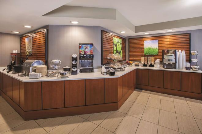 La Quinta Inn & Suites by Wyndham Erie - Erie - Buffet