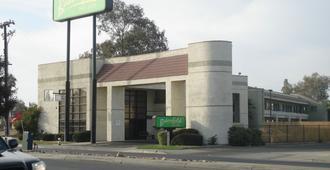 Bakersfield Inn & Suites - Bakersfield - Edificio