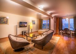 Park Inn by Radisson Poliarnie Zori Murmansk - Murmansk - Living room
