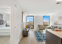 Global Luxury Suites at Reston Town Center - Reston - Living room