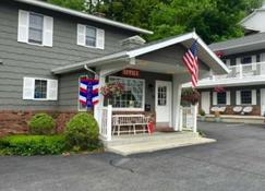 Americas Best Value Inn & Suites Lake George - Lake George - Building