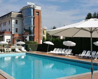 Hotel Nuova Italia - Gozzano - Басейн
