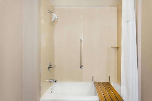 Ramada by Wyndham Tuscaloosa - Tuscaloosa - Bathroom