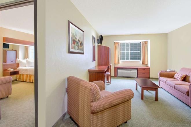 Microtel Inn & Suites by Wyndham Gassaway/Sutton - Gassaway - Living room