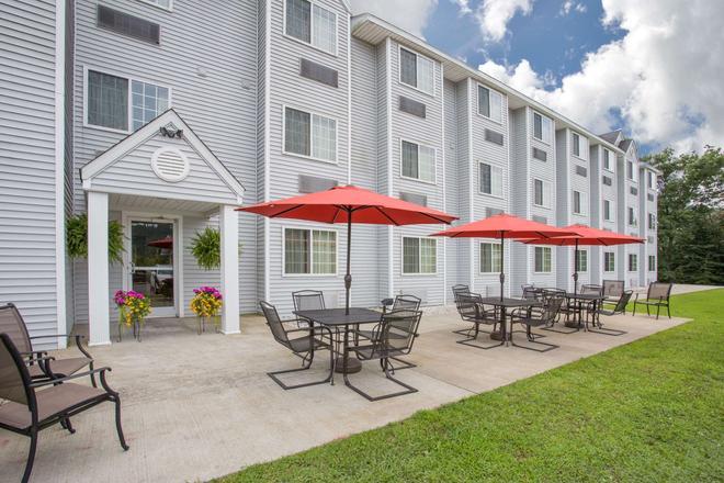 Microtel Inn & Suites by Wyndham Gassaway/Sutton - Gassaway - Patio