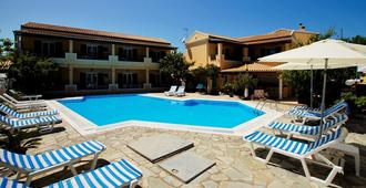 Toni's Guesthouse - Kavos - Zwembad