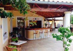 Toni's Guesthouse - Κάβος - Bar