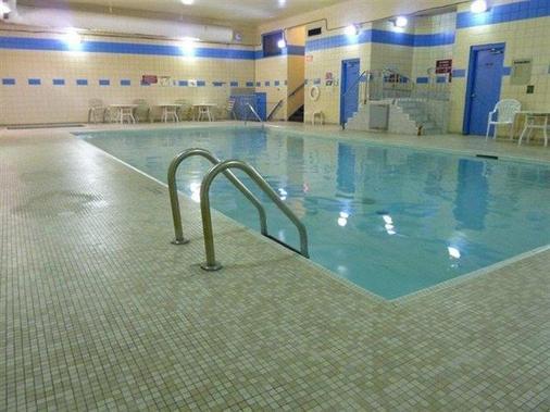 亞瑟王子海濱套房酒店 - 桑德灣 - 桑德貝 - 游泳池