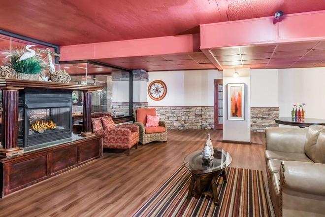Howard Johnson Plaza by Wyndham Ocean City Oceanfront - Ocean City - Living room