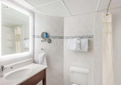 Howard Johnson Plaza by Wyndham Ocean City Oceanfront - Ocean City - Bathroom