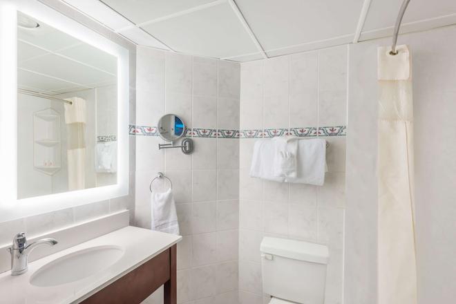Howard Johnson Plaza by Wyndham Ocean City Oceanfront - Ocean City - Bathroom