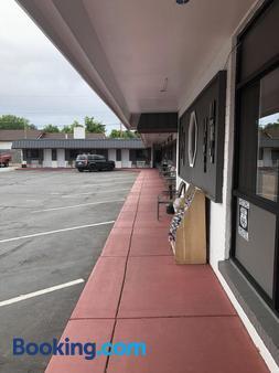 Highlander Motel - Williams - Parking