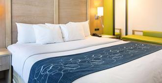 Comfort Suites Beachfront - Virginia Beach - Bedroom