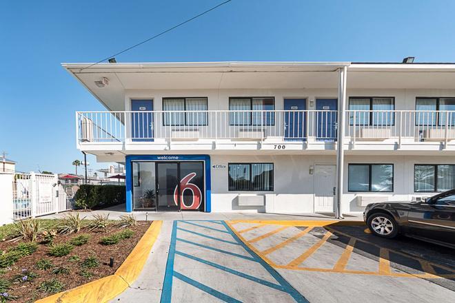 Motel 6 Mcallen - McAllen - Building
