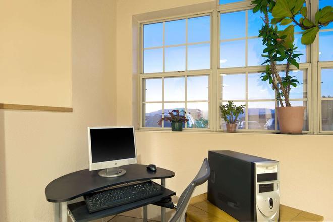 Microtel Inn & Suites by Wyndham Albuquerque West - Albuquerque - Business centre