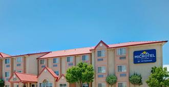 Microtel Inn & Suites by Wyndham Albuquerque West - Albuquerque - Building