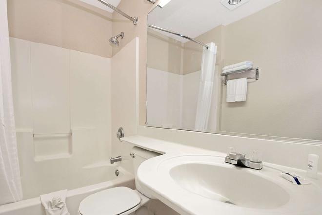 Microtel Inn & Suites by Wyndham Albuquerque West - Albuquerque - Bathroom
