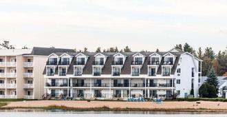 Quality Inn & Suites Beachfront - Mackinaw City - Gebäude