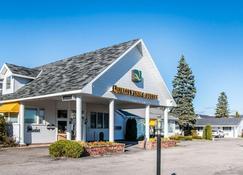 Quality Inn & Suites Beachfront - Мэкинау-Сити - Здание