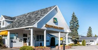 Quality Inn & Suites Beachfront - Mackinaw City - Gebäude