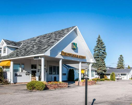 Quality Inn & Suites Beachfront - Mackinaw City - Building