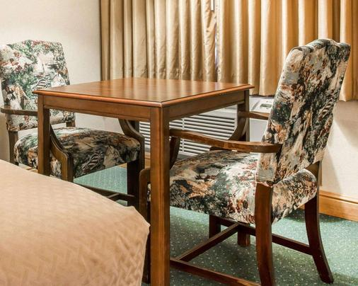 Quality Inn & Suites Beachfront - Mackinaw City - Dining room