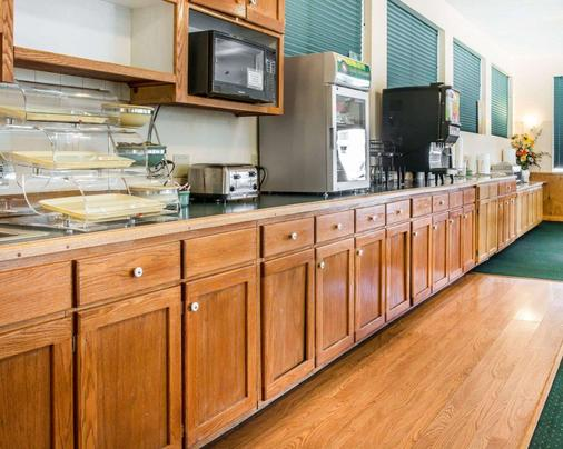 Quality Inn & Suites Beachfront - Mackinaw City - Buffet