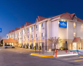 Microtel Inn And Suites by Wyndham Chihuahua - Chihuahua - Building