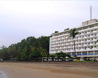 Inna Samudra Beach - Cikakak - Building