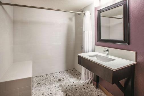 La Quinta Inn & Suites by Wyndham Sturbridge - Sturbridge - Kylpyhuone