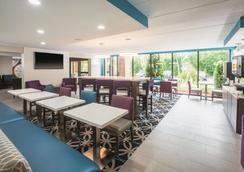 La Quinta Inn & Suites by Wyndham Sturbridge - Sturbridge - Ravintola