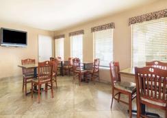 Days Inn by Wyndham Morgan's Wonderland / IH-35 N - San Antonio - Restaurant