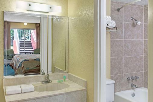 Days Inn by Wyndham Cocoa Cruiseport West At I-95/524 - Cocoa - Bathroom