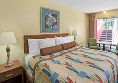 Days Inn by Wyndham Cocoa Cruiseport West At I-95/524 - Cocoa - Bedroom