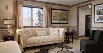 Super 8 by Wyndham Ithaca - Ithaca - Living room